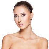 一名美丽的妇女的Portraite有纯净的新鲜的皮肤的 免版税库存图片