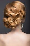 一名美丽的姜妇女的画象新娘的图象的 发型后面视图 免版税库存照片