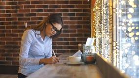 一名美丽的年轻女实业家在咖啡馆工作并且签合同 股票录像