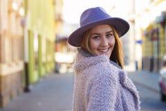 一名美丽的年轻现代和都市妇女的画象有帽子的 库存照片