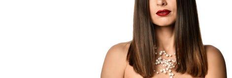 一名美丽的年轻白肤金发的妇女的脖子的特写镜头没有衬衣的 库存照片
