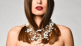 一名美丽的年轻白肤金发的妇女的脖子的特写镜头没有衬衣的 免版税库存照片