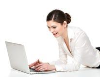 有膝上型计算机的美丽的微笑的妇女 免版税库存图片