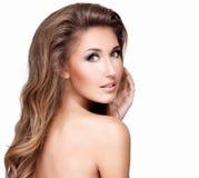 一名美丽的性感的妇女的图片有长的棕色头发和makeu的 库存图片