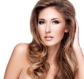 一名美丽的性感的妇女的图片有长的棕色头发的 库存照片