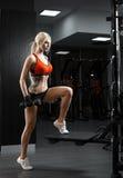 一名美丽的性感的妇女的画象在健身房的体育衣裳穿戴了 图库摄影