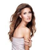 一名美丽的性感的妇女的画象有华美的长的头发和m的 免版税库存照片