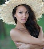一名美丽的性感的妇女的画象海滩的 免版税库存图片