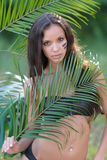 一名美丽的性感的妇女的画象海滩的 库存照片