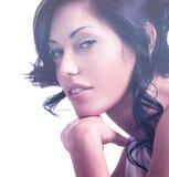 一名美丽的性感的嫩妇女的画象有创造性的hairstyl的 图库摄影