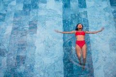 一名美丽的性感的成人亚裔妇女的顶视图游泳池的 图库摄影