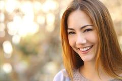 一名美丽的愉快的妇女的画象有完善的白色微笑的 免版税库存图片