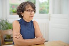 一名美丽的成熟妇女的画象戴眼镜的 免版税库存照片