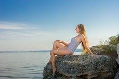一名美丽的新白肤金发的妇女的纵向 图库摄影