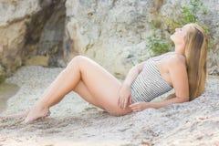 一名美丽的新白肤金发的妇女的纵向 免版税库存图片