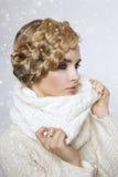 一名美丽的新白肤金发的妇女的纵向 免版税库存照片
