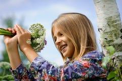 一名美丽的梦中情人的画象有花花束的  某一白桦 免版税库存照片