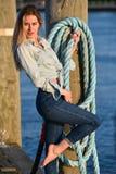 一名美丽的白种人时尚妇女的射击码头的 图库摄影