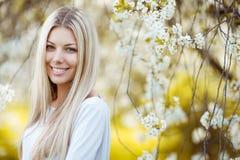 一名美丽的白肤金发的妇女的室外画象蓝色礼服的在中 免版税库存图片