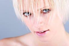 一名美丽的白肤金发的妇女的特写镜头画象 免版税图库摄影