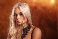 一名美丽的白肤金发的妇女的纵向 免版税图库摄影