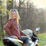 一名美丽的白肤金发的妇女的纵向 免版税库存照片