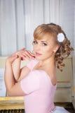 一名美丽的白肤金发的妇女的纵向 库存照片