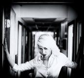 一名美丽的白肤金发的妇女的黑白照片 免版税库存图片
