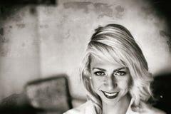 一名美丽的白肤金发的妇女的黑白画象 库存图片