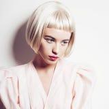 一名美丽的白肤金发的妇女的画象有短发的在白色背景的演播室 免版税库存图片