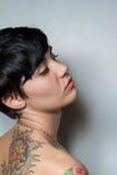 一名美丽的短头发浅黑肤色的男人妇女的背面图 库存图片