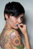 一名美丽的短头发深色的妇女的背面图有纹身花刺的 库存照片