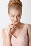 一名美丽的精美肉欲的年轻白肤金发的妇女的画象与 库存照片