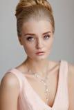 一名美丽的精美肉欲的年轻白肤金发的妇女的画象与 库存图片
