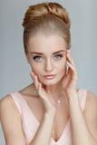 一名美丽的精美肉欲的年轻白肤金发的妇女的画象与 免版税库存照片