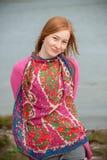 一名美丽的红头发人妇女的室外画象 库存照片
