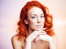 一名美丽的红头发人妇女的演播室画象 图库摄影