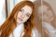 一名美丽的红头发人妇女的画象bathrob的 图库摄影