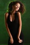 一名美丽的自然年轻非洲妇女的画象 免版税库存图片