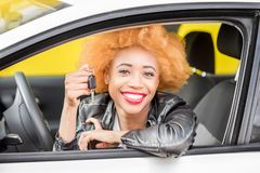 一名美丽的非洲妇女的画象汽车的 库存照片