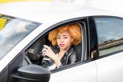 一名美丽的非洲妇女的画象汽车的 图库摄影