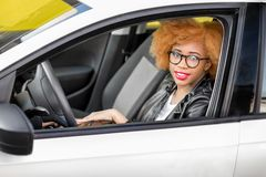 一名美丽的非洲妇女的画象汽车的 免版税库存图片