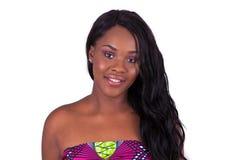 一名美丽的非裔美国人的妇女的画象有头发extensi的 图库摄影