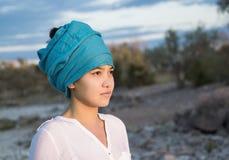 一名美丽的年轻亚裔妇女的特写镜头画象有头巾的 库存图片