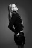 一名美丽的年轻成人亭亭玉立的性感和可爱的淫荡相当白肤金发的妇女的画象在黑高雅时兴的衣服iso中 库存照片