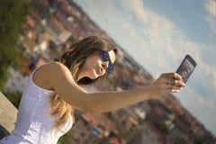 一名美丽的年轻旅游妇女的画象 库存照片