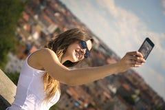 一名美丽的年轻旅游妇女的画象 免版税库存图片