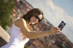 一名美丽的年轻旅游妇女的画象 免版税库存照片