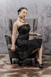 一名美丽的年轻深色的妇女的画象一件黑礼服的 免版税库存照片