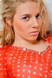 一个美丽的白肤金发的女孩的特写镜头画象的   图库摄影